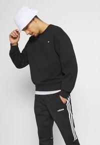 adidas Originals - CREW UNISEX - Sweatshirt - black - 3