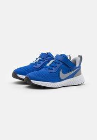 Nike Performance - REVOLUTION 5 UNISEX - Neutrální běžecké boty - game royal/light smoke grey/white - 1