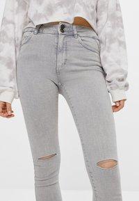 Bershka - MIT RISSEN  - Jeans Skinny Fit - grey - 3