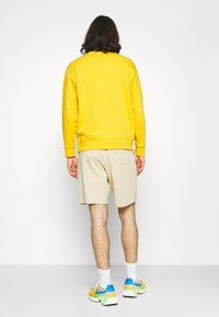 Nike Sportswear - CLUB - Shortsit - grain/white - 2