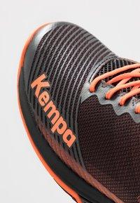 Kempa - WING 2.0 - Håndboldsko - black/fluo orange - 5