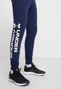 Under Armour - SPORTSTYLE GRAPHIC  - Träningsbyxor - academy/white - 3