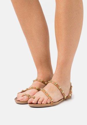 SARA - Sandály s odděleným palcem - brown