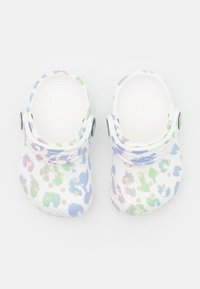 Crocs - CLASSIC OUT OF THIS WORLD II - Klapki - white - 3