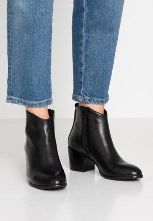 LINDEN - Kotníkové boty - black