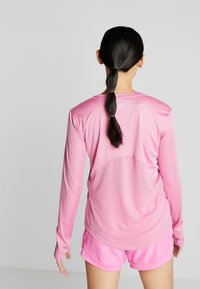 Nike Performance - MILER - Funktionsshirt - magic flamingo/reflective silver - 2