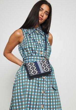 ON CHAIN - Across body bag - blue/multi