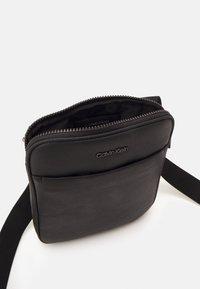 Calvin Klein - FLATPACK UNISEX - Taška spříčným popruhem - black - 2