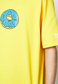 adidas Originals - DOH TEE - T-shirt med print - super yellow - 5