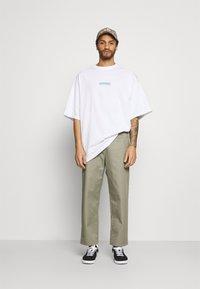 Weekday - MEGA OVERSIZED - T-shirt med print - white light - 1