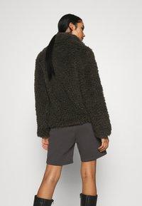 Vero Moda - VMBARRYTIFFANY  SHORT JACKET - Winter jacket - peat - 2