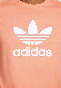 adidas Originals - TREFOIL UNISEX - T-shirts print - coral - 5