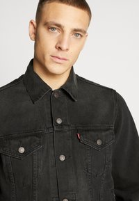 Levi's® - VINTAGE FIT TRUCKER UNISEX - Kurtka jeansowa - black - 5