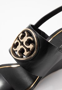 Tory Burch - METAL MILLER WEDGE - Sandály na klínu - perfect black/gold - 2