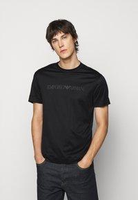 Emporio Armani - T-shirt med print - black - 0
