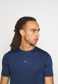 Tommy Hilfiger - MOTION FLAG TRAINING TEE - Basic T-shirt - blue - 3