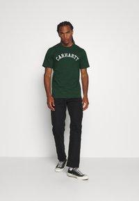 Carhartt WIP - UNIVERSITY  - Print T-shirt - bottle green/white - 1