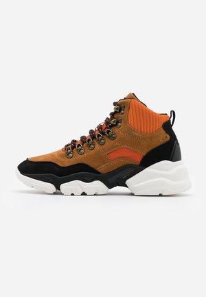 JULIA - High-top trainers - orange