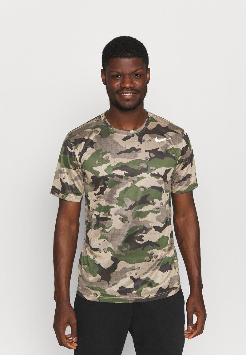 Nike Performance - TEE CAMO - T-shirt con stampa - khaki