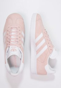 adidas Originals - GAZELLE - Sneaker low - vapour pink/white/gold metallic - 1