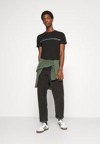 Tommy Hilfiger - MINI STRIPE - T-shirt z nadrukiem - black - 1