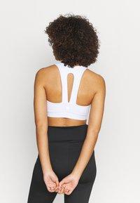 Cotton On Body - V NECK CUT OUT CROP - Sujetadores deportivos con sujeción ligera - white - 2