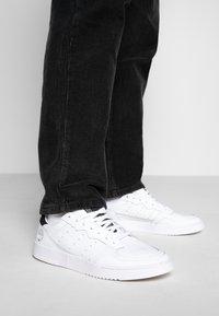 adidas Originals - SUPERCOURT - Matalavartiset tennarit - footwear white/core black - 0