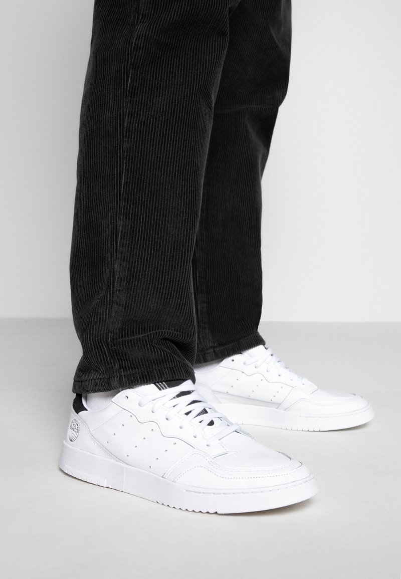 adidas Originals - SUPERCOURT - Matalavartiset tennarit - footwear white/core black