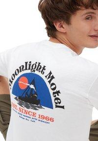 Vans - MN MOONLIGHT MOTEL SS - Print T-shirt - white - 2