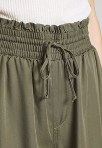 Abercrombie & Fitch - JOGGER - Trousers - green - 5