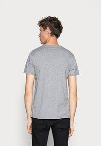 Hollister Co. - 5 PACK  - T-shirt imprimé - white/grey/red/navy texture/black - 6