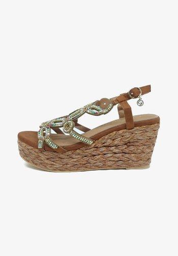 Wedge sandals - camel