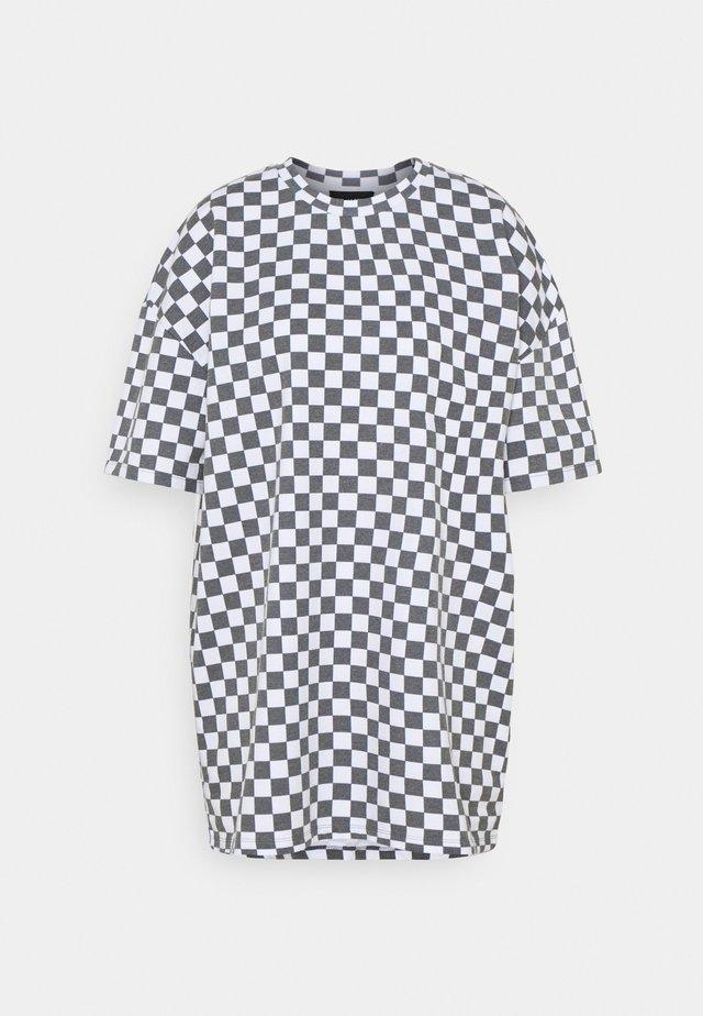 WHITE CHECKERBOARD TEE - Printtipaita - black/white