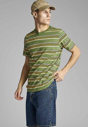 AKROD  - Print T-shirt - vineyard green