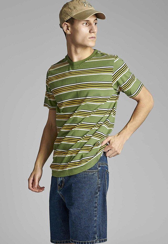 AKROD  - T-shirt imprimé - vineyard green