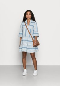 Vero Moda Petite - VMAKELA CHAMBRAY - Denní šaty - light blue - 1