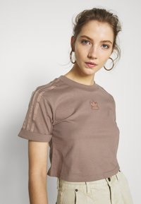 adidas Originals - CROPPED - T-shirts med print - trace brown - 5