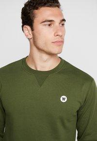 Wood Wood - TYE - Sweatshirt - army green - 4
