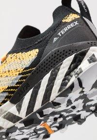 adidas Performance - TERREX TWO ULTRA PARLEY - Løbesko trail - solar gold/core black/footwear white - 5