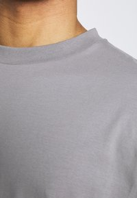 NU-IN - NU-IN X AZIZ LERN BOXY OVERSIZED  - T-shirt basic - grey - 4