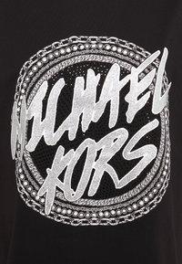 MICHAEL Michael Kors - CHAIN GLITTER LOGO TEE - T-shirts med print - black/silver - 6
