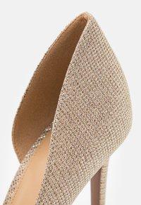 MICHAEL Michael Kors - KEKE DORSAY - Zapatos altos - pale gold - 6