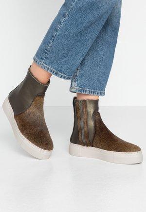 BERGEN - Kotníkové boty na platformě - khaki