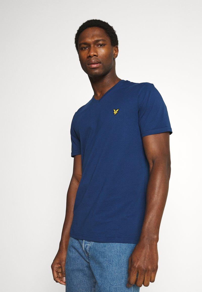 Lyle & Scott - V NECK - T-shirt - bas - indigo