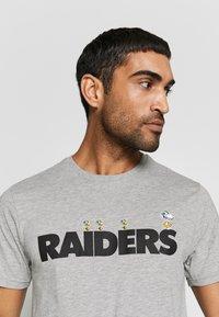 New Era - NFL SNOOPY TEE OAKLAND RAIDERS - T-shirts print - gray - 3