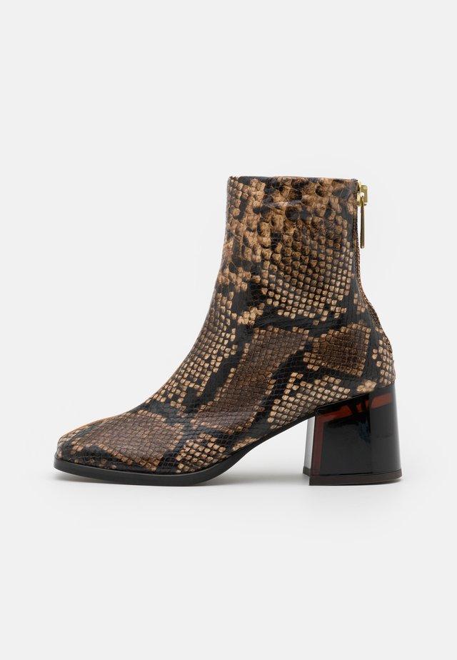 FLORENCE - Kotníkové boty - brown