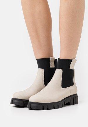 SAURA - Kotníkové boty na platformě - morat/off white/black