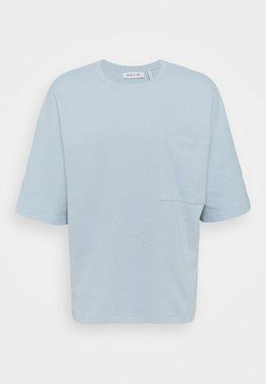 OVERSIZED 3/4 SLEEVE POCKET - Camiseta básica - light blue