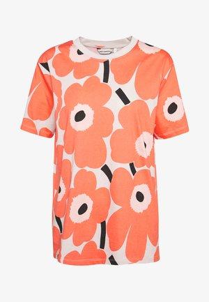 KIOSKI HIEKKA PIENI UNIKKO - T-shirts med print - beige/coral/black