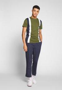 Bellfield - CU AND SEW TEE  - Print T-shirt - khaki - 1